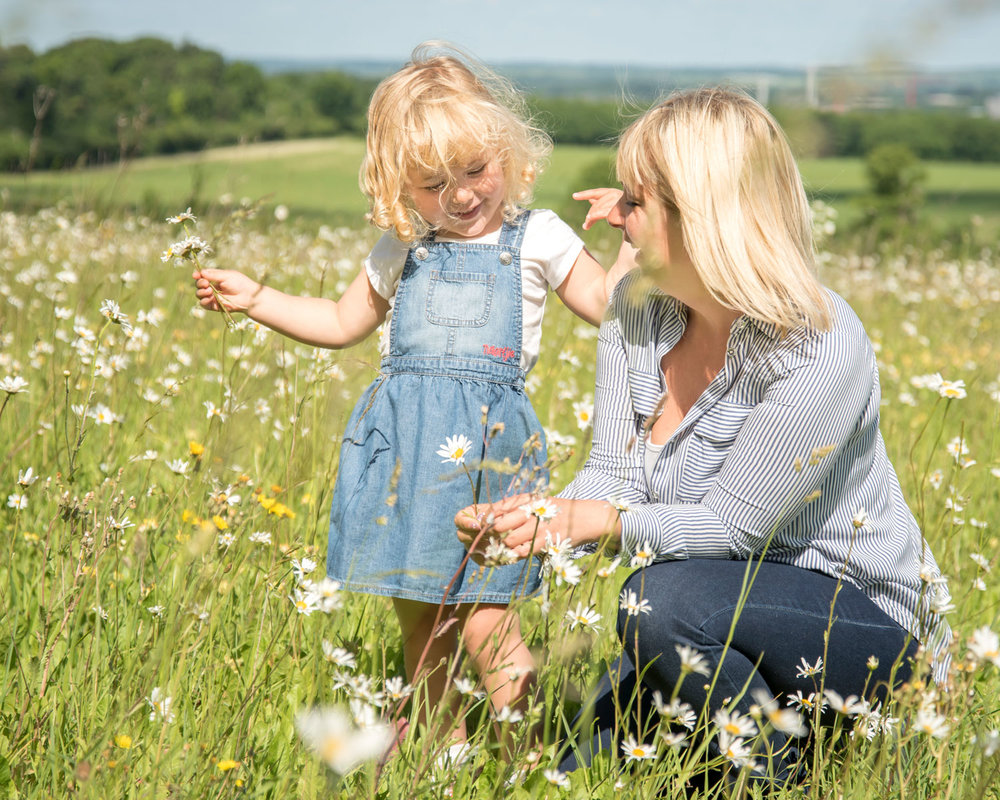 Family_photography_Ely_Cambridgeshire-mini-session-daisies (4).jpg