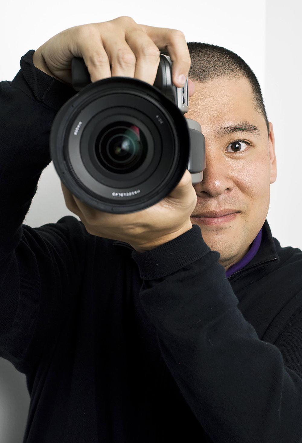 越智 貴雄 - 写真家•1979年大阪生まれ。大阪芸術大学芸術学部写真学科卒業。2000年からパラリンピック撮影に携わり「カンパラプレス」を立ち上げる。•2012年パラリンピックアスリートの競技資金集めの為の「写真カレンダー」を発売。•2013年東京オリンピックパラリンピック招致の最終プレゼンテーションで使用された「跳躍写真」が話題となる。•2014年、写真集「切断ヴィーナス」を出版。2017年、寝たきりお笑い芸人の写真集「寝た集」を出版。義足のファッションショーや写真展等のイベントも多数開催している。