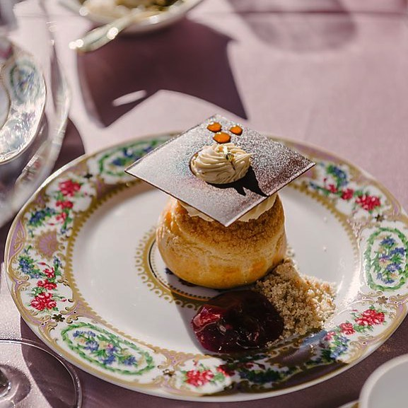 Bonne Bouche wishes you and yours a wonderful holiday. Santé🥂. . . #dessertsofparis #joyeuxnoel #Santé #merrychristmas #happyholidays #wineanddessertpairing #wine #desserts #champagne #paristours #winetasting #bonneboucheevent #champagneflowing #bonnebouche #bonneboucheevent #bonneboucheholiday #foodandwinetours #foodandwinetravel #thebonnebouche #wineetbeauté #wineaficionado #instafrance #instaparis #instatravel #instagood #instadessert #instawine #instawines