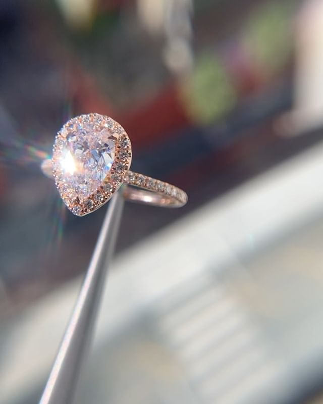 The way the colorless center diamond catches the blush tone from the rose gold setting is magical 🎀