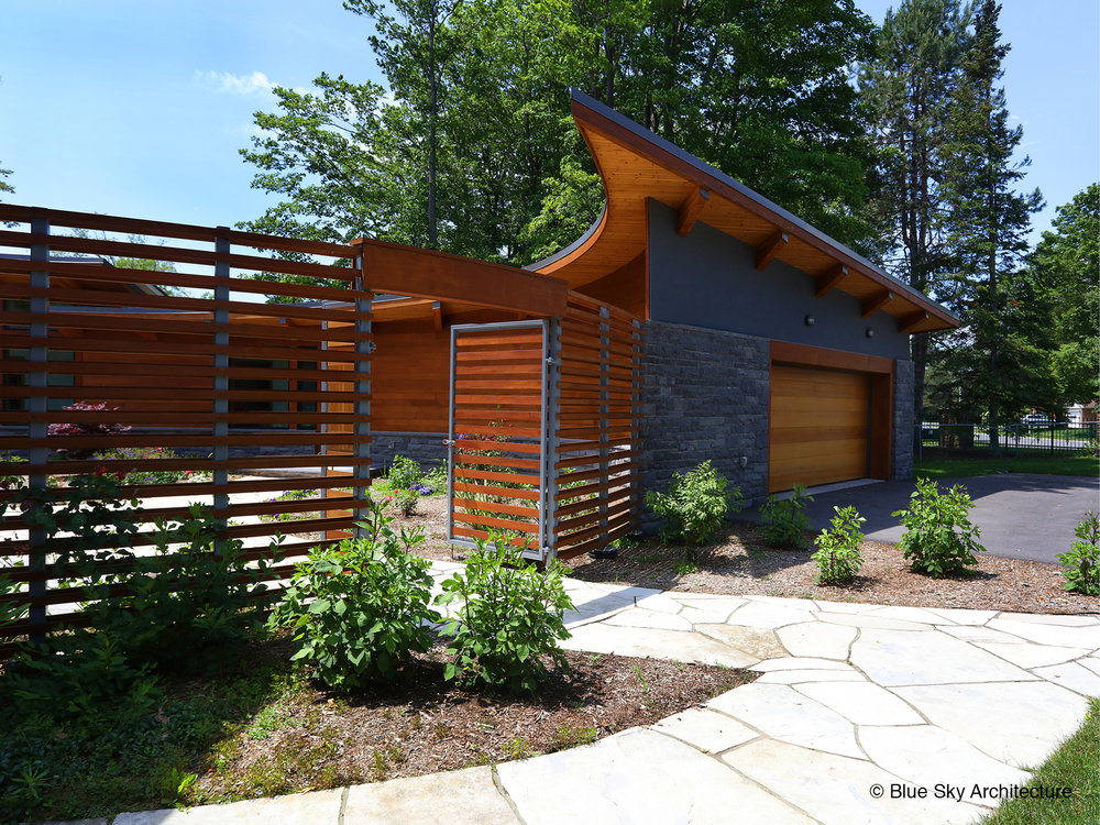 custom cedar and metal fence at custom lake shore courtyard