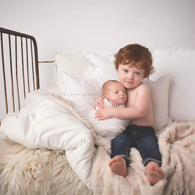 Endless Snuggles.... #mybabybrother #bigbrother #truelove #chellecatesphotography #dallasbabyphotographer #dallasphotographer #dallasbaby #maternity #boymom #twoboys #redhair #curls #vintagecrib