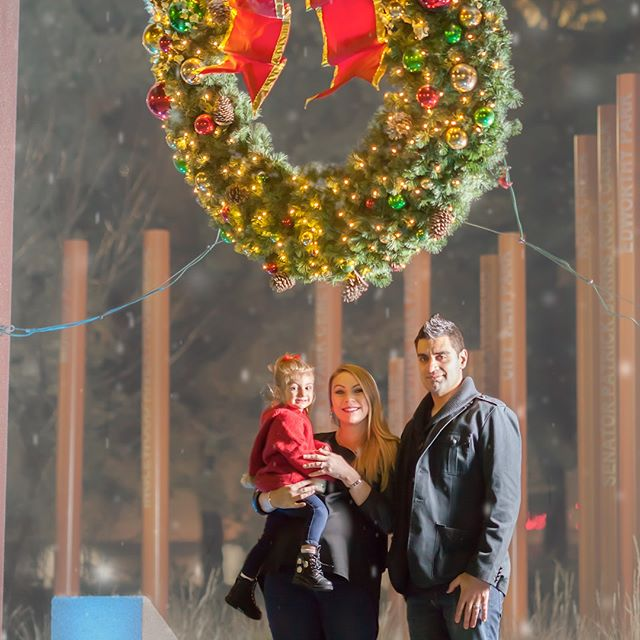 #sweetcalgaryportraits #familyportraits #christmas #christmasportraits #wreath