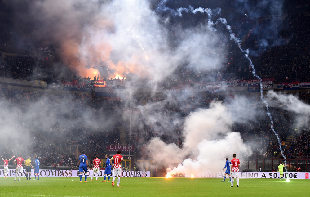 DRAMA Kroatiske fans afbrød kampen mod Italien på San Siro med nødblus i 2014. Straffen blev en kamp uden tilskuere. –Foto: Claudio Villa/Getty Images