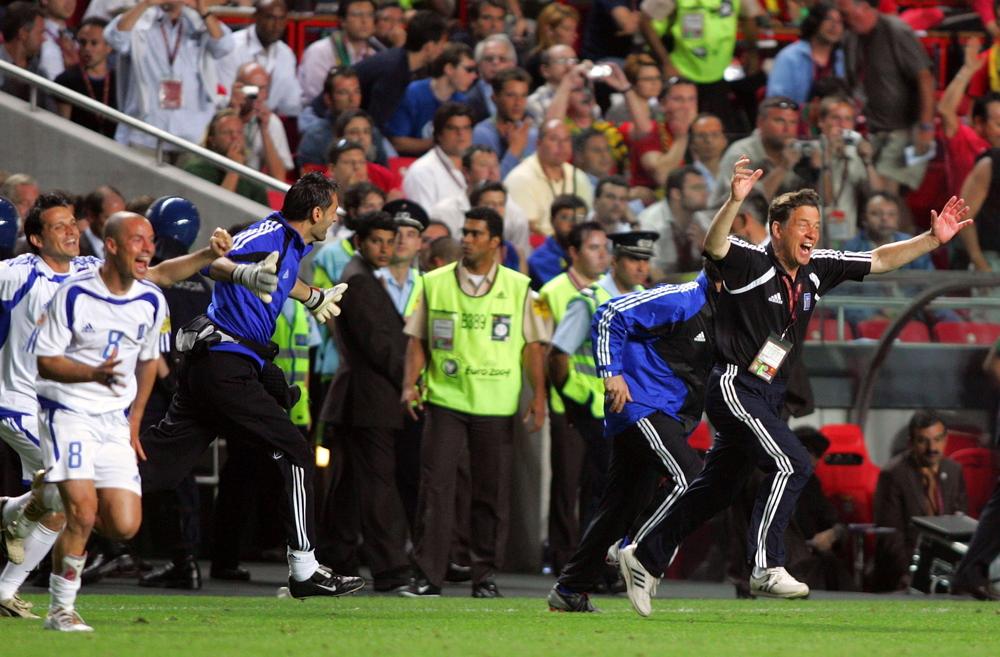 Otto Rehhagel jubler over den græske EM-triumf ved slutrunden i 2004. Foto: Getty Images.