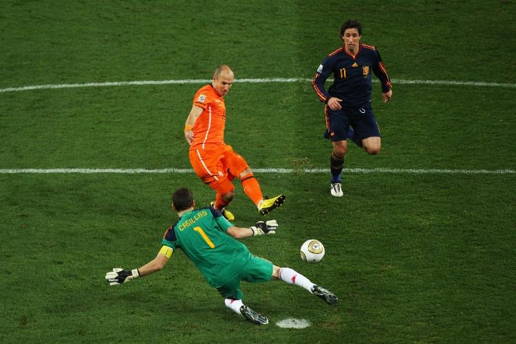 Iker Casillas blokerer Arjen Robbens forsøg i VM-finalen 2010.Ryan Pierse - FIFA - Getty Images.