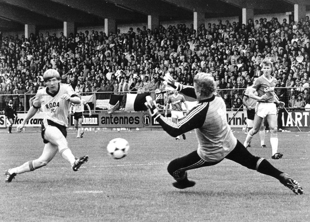John Eriksen scorer det første af sine fire mål i Rodas 7-3-sejr over Zwolle i 1983. Foto fra bogen:Jacques Klok / ANP / Scanpix.