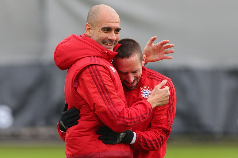 Pep Guardiola omfavner Franck Ribery under træning. Foto: A. Hassenstein/Getty Images for FC Bayern