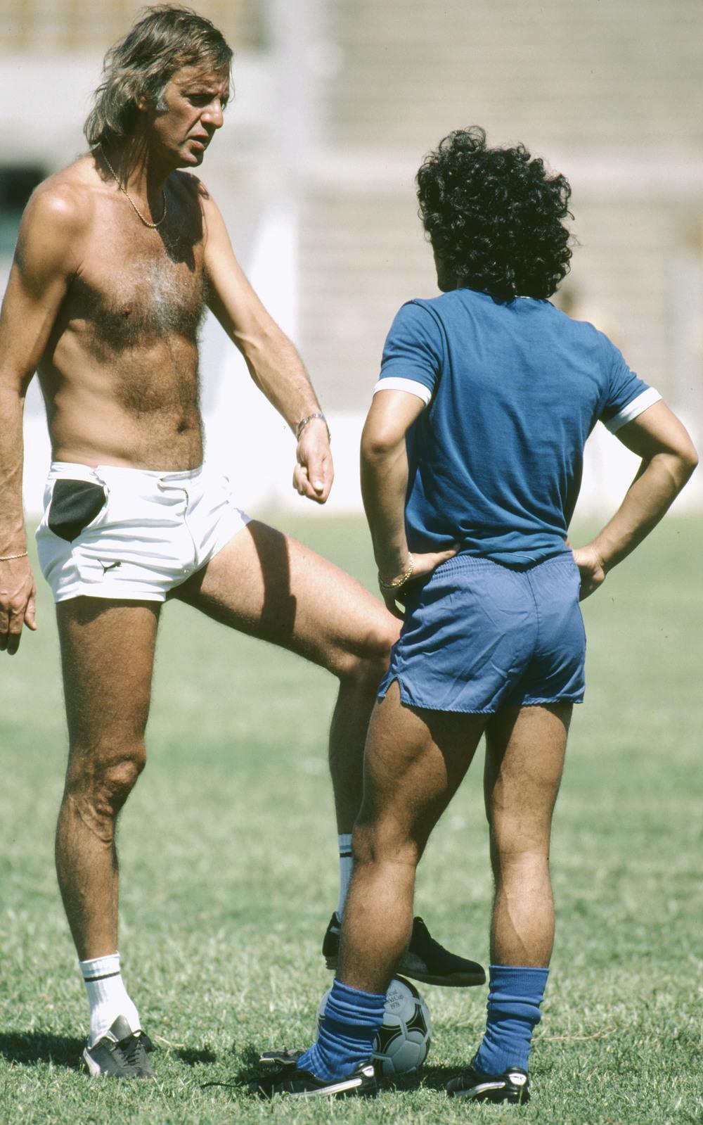 Det er 1980. Menotti har ført Argentina til den første VM-titel i 1978 - uden den 17-årige Maradona. Her er den 165 centimeter høje Maradona endelig blevet stor nok til Menotti. Et billede, der må op at hænge på Mediano-redaktionen. Foto: Bob Thomas/Getty Images