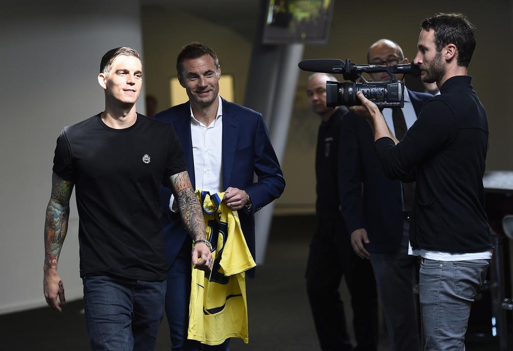 Jan Bech Andersen præsenterer Daniel Agger i 2014 - og har i flere omgange lånt og foræret Brøndby store millionbeløb. Foto: Getty Images/Lars Rønbøg