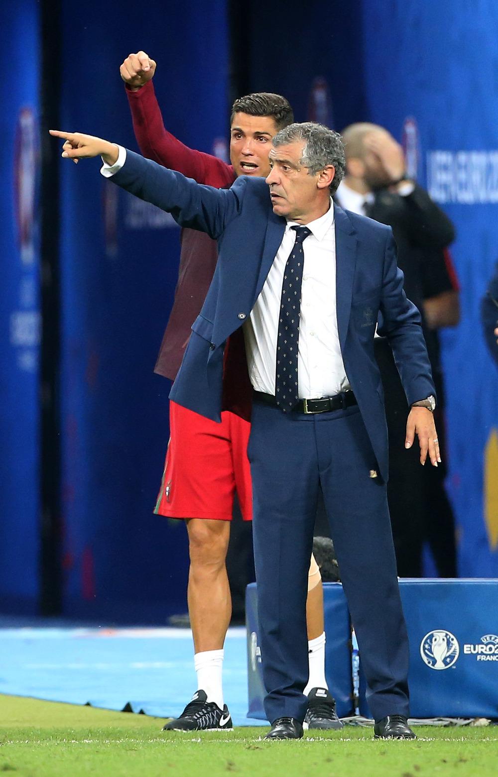 Chefen dirigerer - og Fernando Santos er også med. Foto: Getty Images/Jean Catuffe