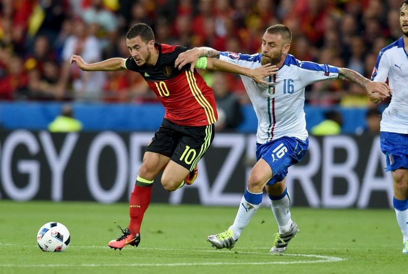 Daniele Di Rossi har godt fat i Eden Hazard. Italien vandt kampen 2-0. Foto: Claudio Vila/Getty Images