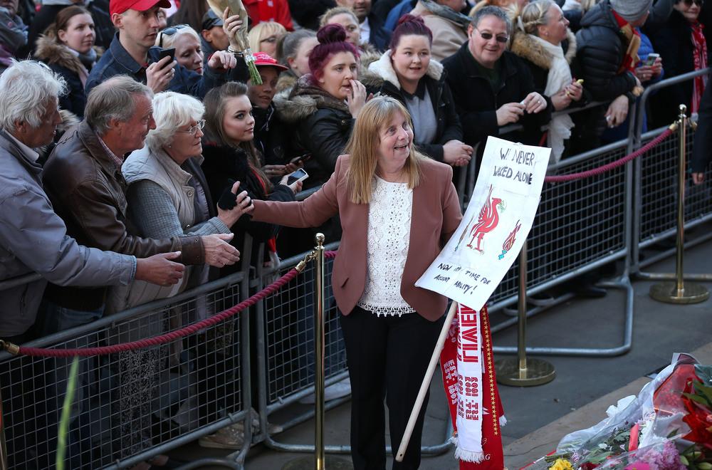 Margaret Aspinal, talskvinde for de overlevende og pårørende, glæder sig over rettens afgørelse.   Foto: Christopher Furlong/Getty Images