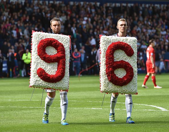 Rickie Lambert og Darren Fletcher fra West Bromwich Albion viser deres respekt før kampen mellem WBA og Liverpool i maj. Foto: Getty Images/Andrew Powell
