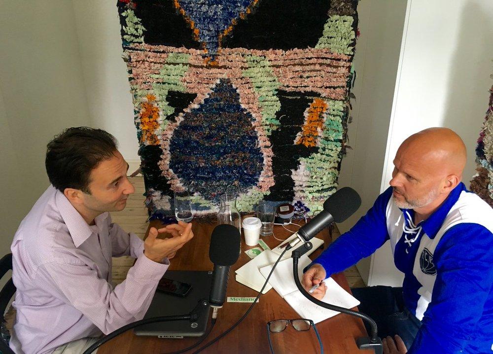 Her er Olafur Kristjansson på besøg i podcast-studiet hos Medianos Christian Wolny. Foto: Sture Sandø