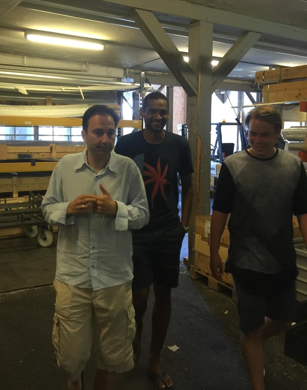 På vej til vores første podcast - med indgang gennem metalfabrikken: Christian Wolny, Mikkel Bischoff og studievært Daniel Sichlau.