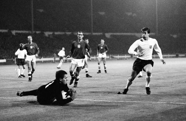 Ivo Viktor havde vogtet målet for Tjekkosloaviet i mere end et årti. Her redder han fra Geoff Hurst på Wembley i en venskabskamp i 1966. Foto: Getty Images/Bob Thomas