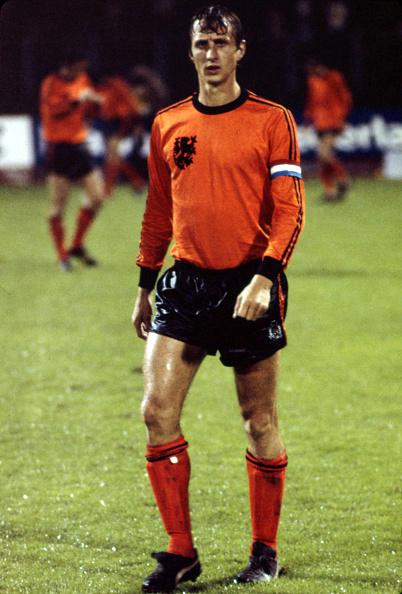 Johan Cruyff i den regnprægede kamp mod tjekkoslovakkerne i 1976. Foto: Getty Images/Icon Sport