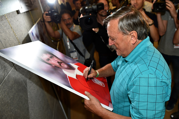 Panenka anno 2014 signerer et biillede af sig selv anno 1976. Foto: Getty Images/Tullio M. Puglia