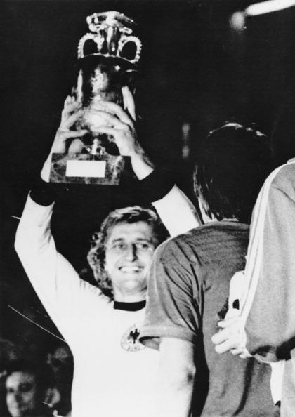 Den tjekkiske anfører Jan Pivamik med pokalen for det sensationelle europamesterskab i 1976. Foto: Getty Images/Popperfoto