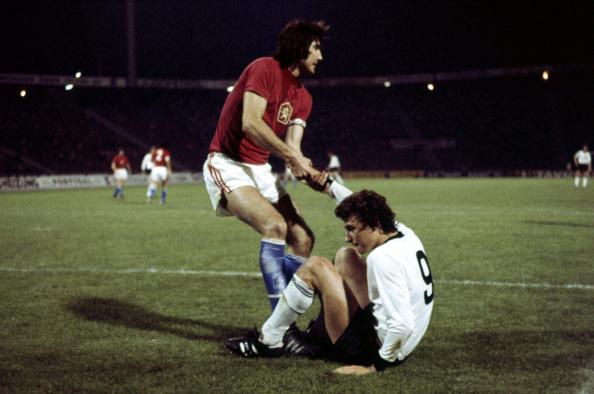 Dieter Müller hjælpes på benene i finalen. Foto: Getty Images.