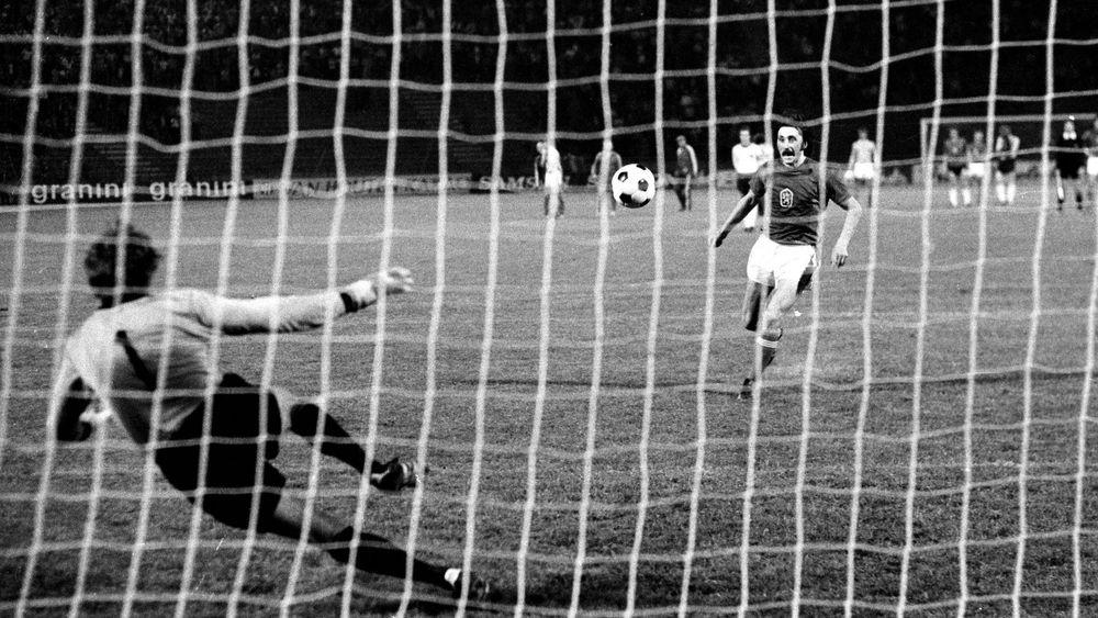 Det mest ikoniske straffespark i fodboldhistorien - udført af Antonin Panenka. Foto: Getty Images/Icon Sport