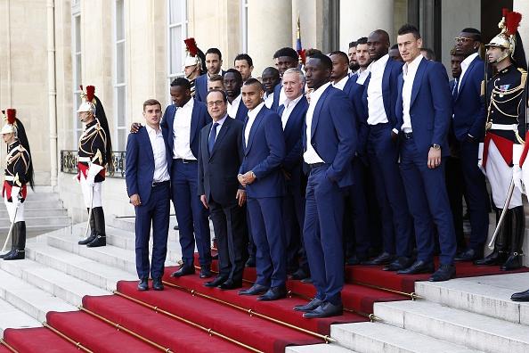 Francois Hollande i et helt andet selskab end hans angivelige favoritklub Red Star FC: Dagen efter EM-finalen modtager han de franske EM-finalister i sit palæ. Foto: Getty Images/Chesnot
