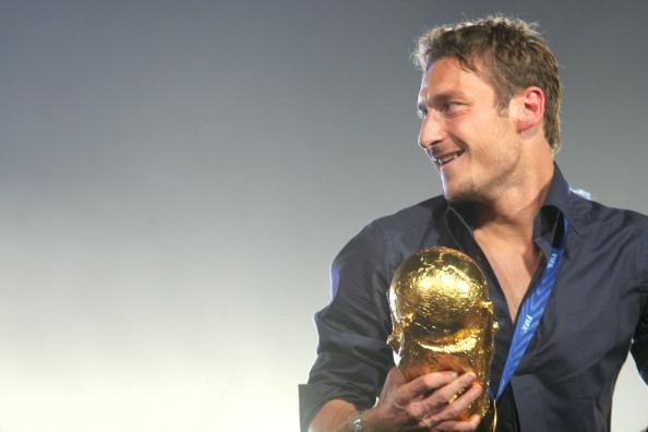 Francesco Totti havde det pænt godt med den her i hånden, da holdet vendte hjem til Rom i 2006 efter at have vundet VM-titlen i Tyskland. Foto: Getty Images/Ernesto Ruscio.