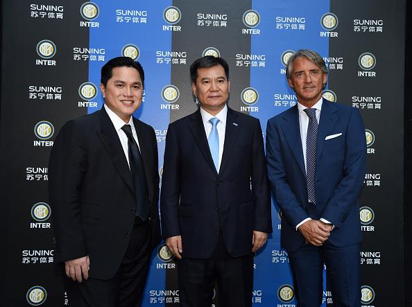 Erich Thohir, tidligere hovedaktionær, med Suning-formand Zhang Jindong og træner ROberto Mancini. Foto: Getty Images/Pier Marco Tacca.