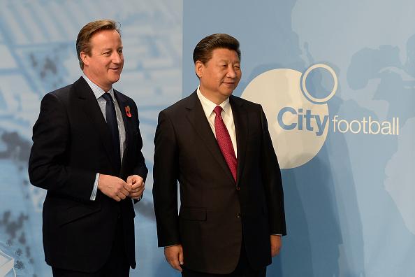 Præsident Xi Jinping på besøg hos Manchester City på næsten samme tid, som et kinesisk konsortium købte sig ind i Manchester City. Her er præsidenten ledsaget af David Cameron, daværende premierminister. Foto: Getty Images.