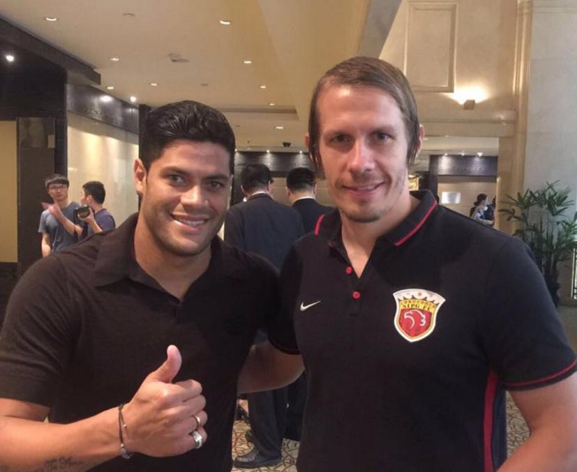 Den danske træner i Shanghai SIPG, Mads Davidsen, i selskab med klubbens nye brasilianske stjerne, Hulk. Foto: Privatfoto.