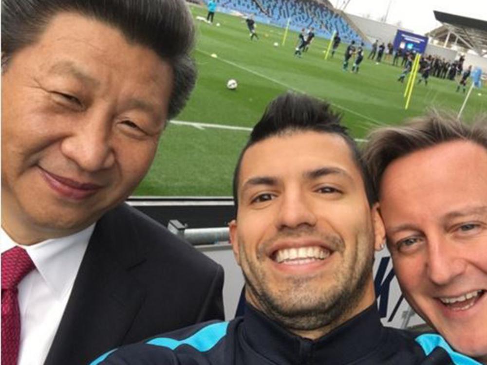 Kinas præsident Xi Jinping og David Cameron flankerer her selfie-fotografen Sergio