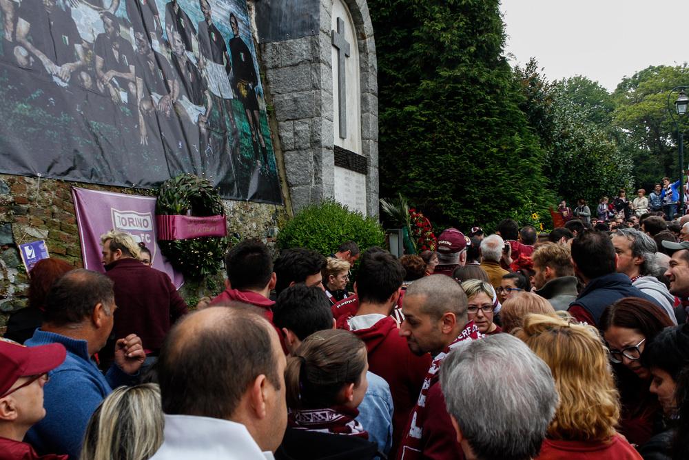 Tusinder møder frem hvert år for at mindes Il Grande Torino ved klosteret, hvor flystyrtet skete. Foto: Getty Images
