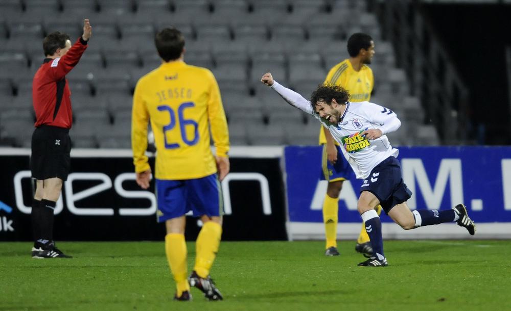 Peter Graulund jubler over en scoring mod Brøndby, mens Mike Jensen og Mikkel Bischoff ser på. Foto: Getty Images/Jan Christensen.