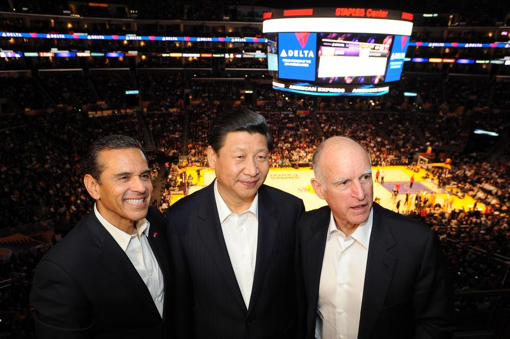 Præsident Xi Jinping - i midten - er meget sportsintereseret. Her er han til basketball med LA Lakers. Foto: Getty Images