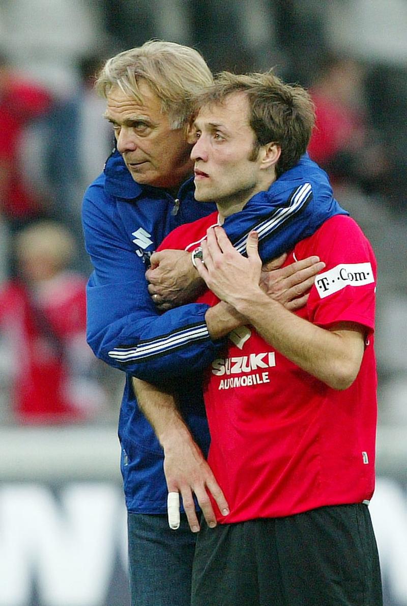 Den legendariske Freiburg-træner Volker Finke giver Alexander Iashvili et kram.   Foto: Michael Kienzler/Getty Images