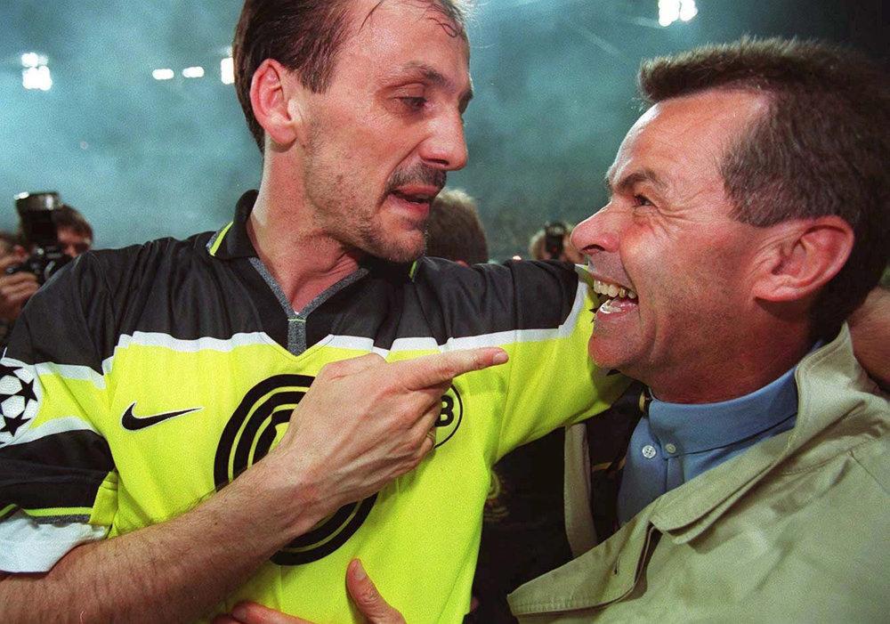 Ottmar Hitzfeld (th) fejrer Champions League-triumfen i 1997 med Jürgen Kohler. Foto: Getty Images/Bongarts