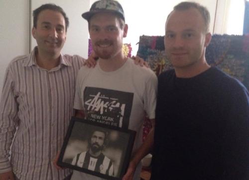 Fodboldministeriet - Christian Wolny og Lars Jacobsen med producer Sture Sandø i midten (naturligvis med Pirlo i hænderne).   Stjernefotograf: Jacob Staehelin