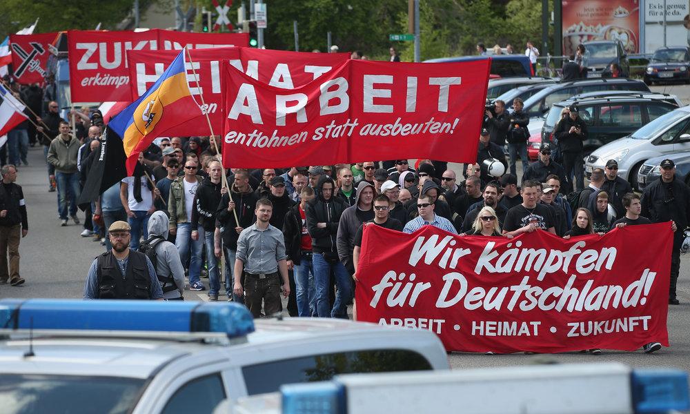 Det nationalsocialistiske NPD marcherer 1. maj i Rostock - den yderste højrefløj har præget den tidligere østtyske by og ligeledes byens fodboldbolds fangrupperinger. Foto: Getty Images
