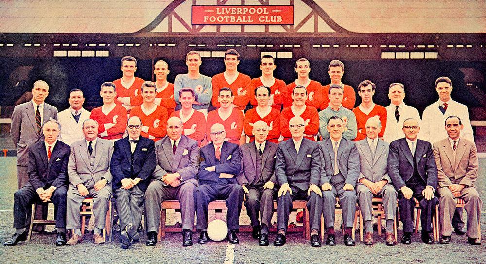 Holdet, der sikrede sig oprykning til 1. division. Bill Shankly sidder yderst til venstre på nederste række. Foto: Liverpool FC via Getty Images