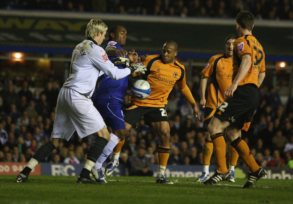 Wayne Hennessey taber bolden til Birminghams Cameron Jerome i en Liga Cup-kamp for Wolverhampton. Foto: Getty Images