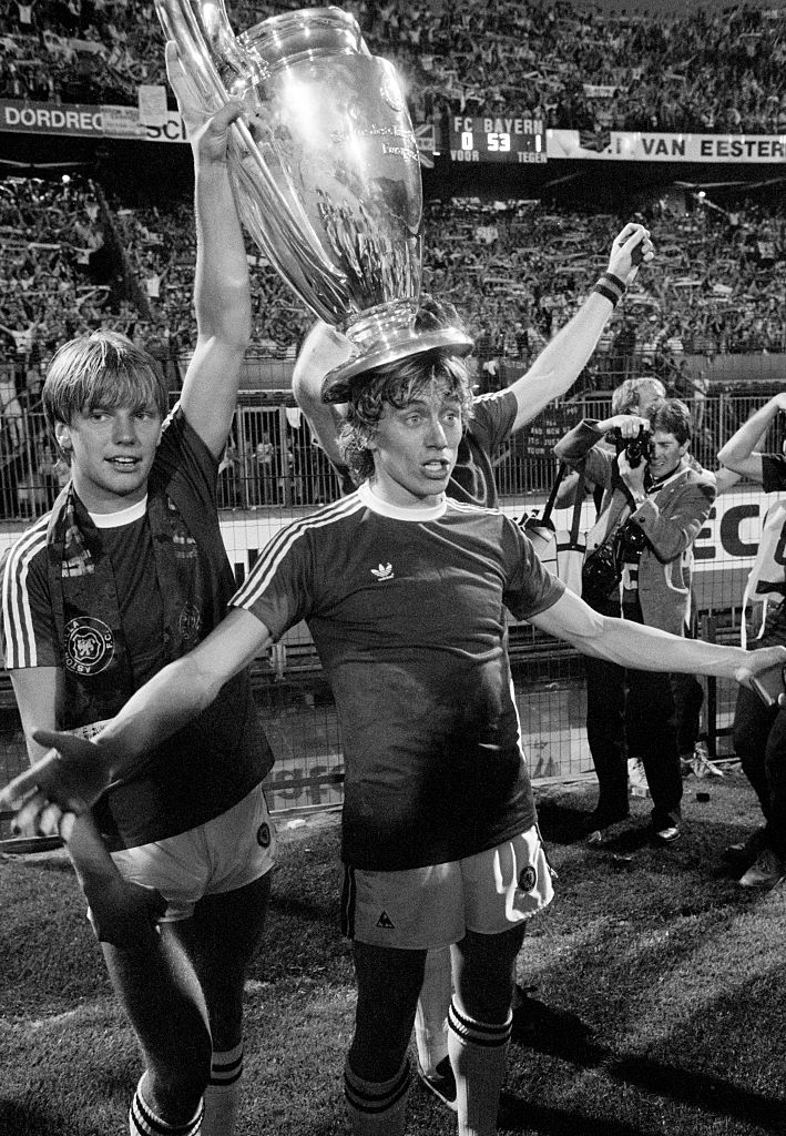Gary Shaw og Tony Morley fejrer 1-0-sejren over Bayern München i Europa Cup'en 1982.   Foto: Gerry Armes/Birmingham Mail/Popper Photos via Getty Images