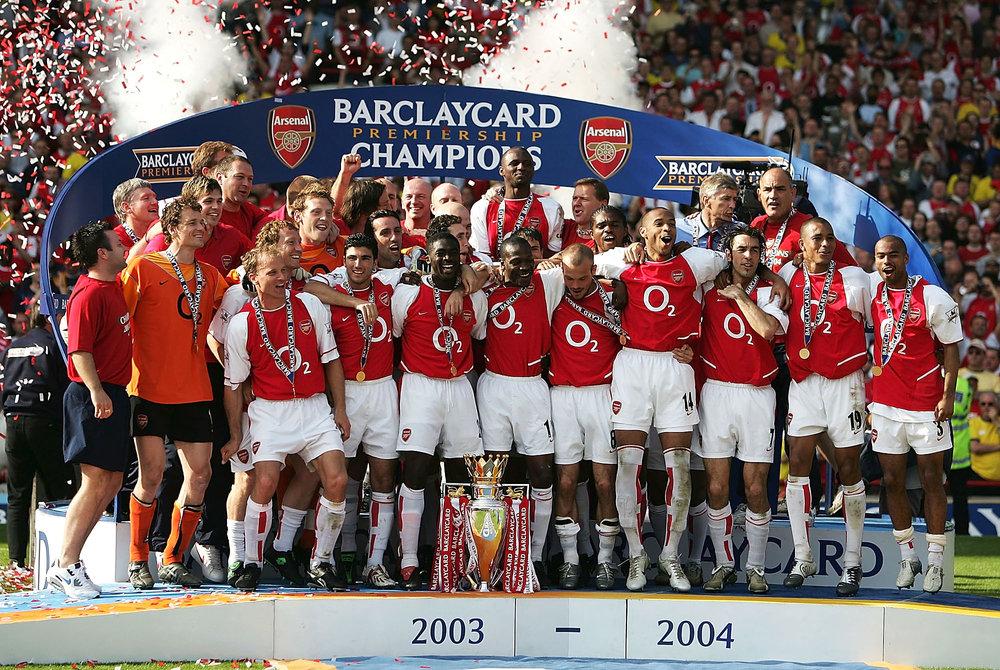 Det ubesejrede mesterhold fra 2003-04-sæsonen. Foto: Getty Images