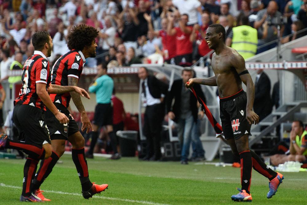 Mario Balotelli har lige scoret et fremragende sejrsmål mod Lorient - og blev iøvrigt udvist i overtiden for sit andet gule kort. Det første fik han efter denne jubelscene.   Foto: Getty Images
