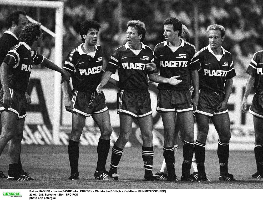 I Servette var John Eriksen (i midten) holdkammerat med blandt andre Karl-Heinz Rummenigge (yderst th).   Foto fra bogen 'John Eriksen - angriberen, der glemte sig selv' af Lars Fink