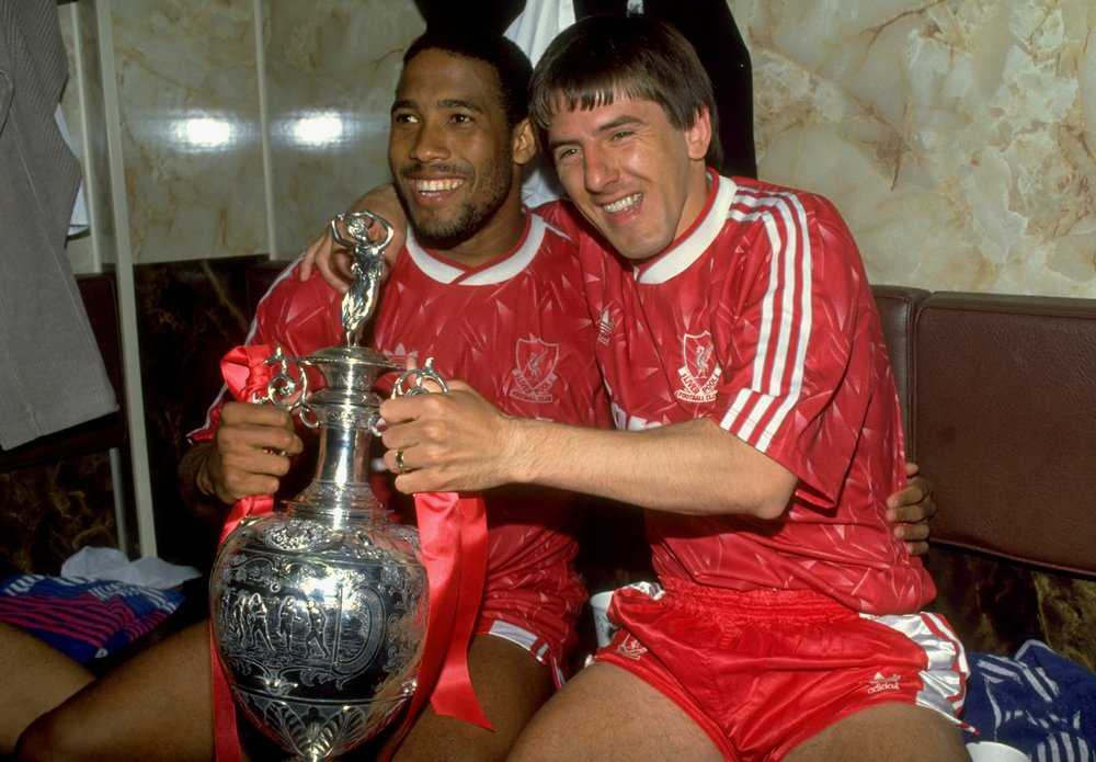 26 år siden - John Barnes og Peter Beardsley fejrer det seneste mesterskab til Liverpool. Foto: Getty Images