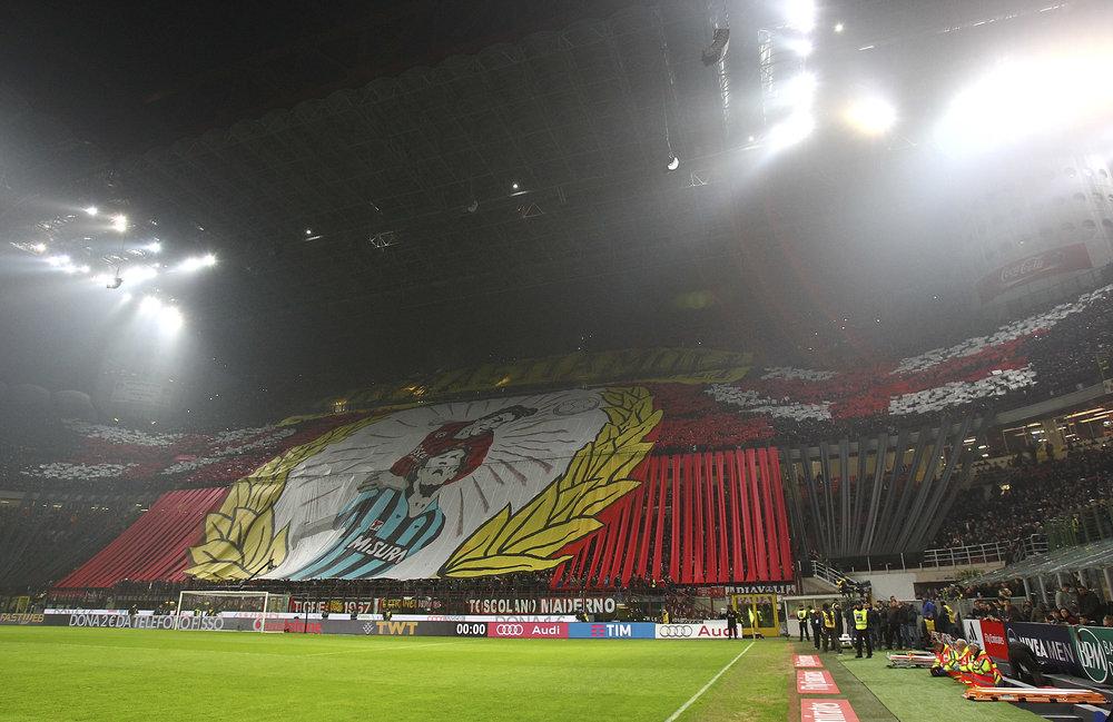 Milan-tilhængerne holder sig ikke tilbage for rivalerne på den modstående tribune. Foto: Getty Images
