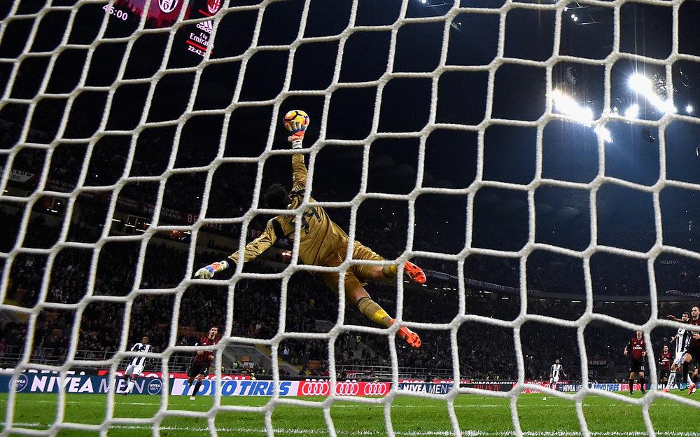 Milans blot 17-årige målmand Gianluigi Donnarumma personificerer klubbens nye strategi: brug de unge talenter. Og Donnarumma har potentialet til at blive verdens bedste. Foto: Getty Images