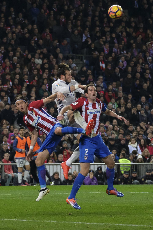 Symptomatisk øjebliksbillede fra kampen mellem Atletico og Real: Bale kommer højest. Foto: Getty Images