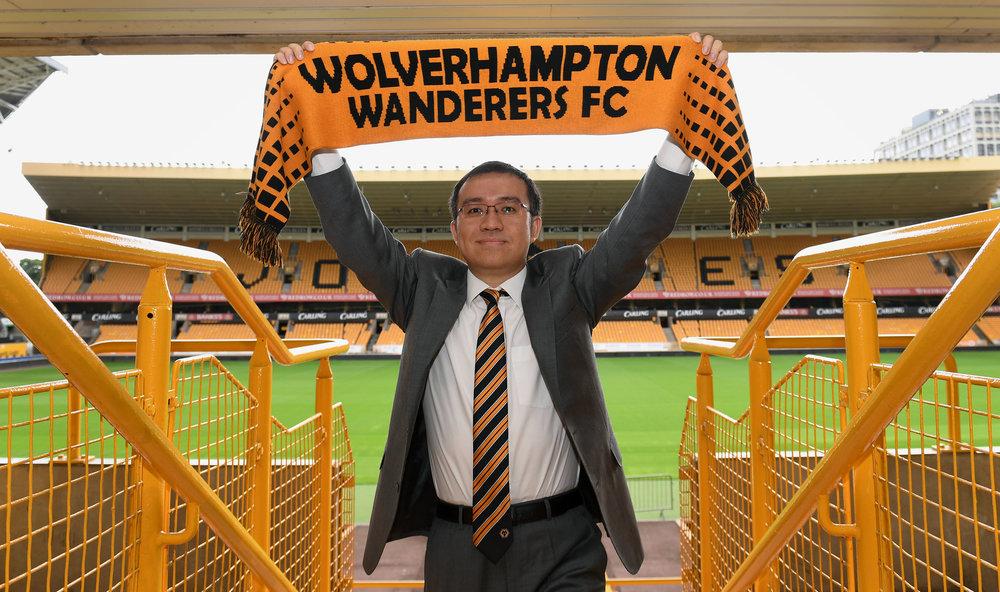 Jeff Shi, der repræsenterer Fosun Group, poserer på stadion i juli måned, da de nye kinesiske ejere overtog Wolverhampton.   Foto: Getty Images
